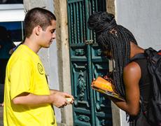 Ativistas coletando assinaturas