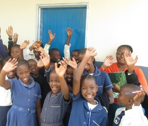 Bazaneni Primary School kids in front of an ACC-funded classroom.