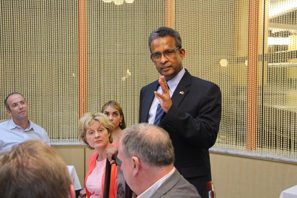Ambassador Kariyawasam addressing the invitees at the netwrking Dinner in New York